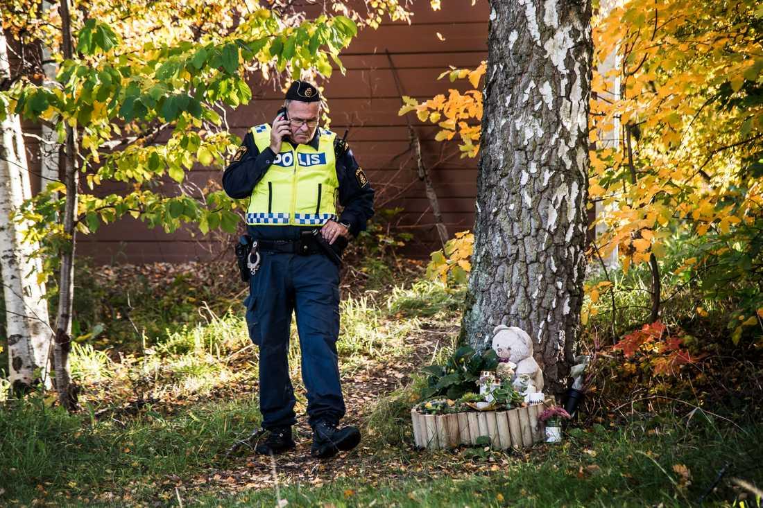 Polis söker efter spår i fallet med mordet på Lena Wesström. Vid ett träd alldeles bredvid har sörjanden ställt ljus och en nallebjörn –  en minnesplats för trebarnsmamman.