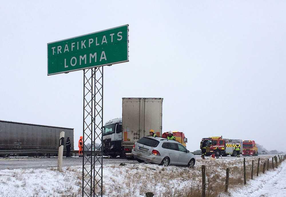 Strax efter lunch kolliderade en personbil och en lastbil vid trafikplats Lomma.
