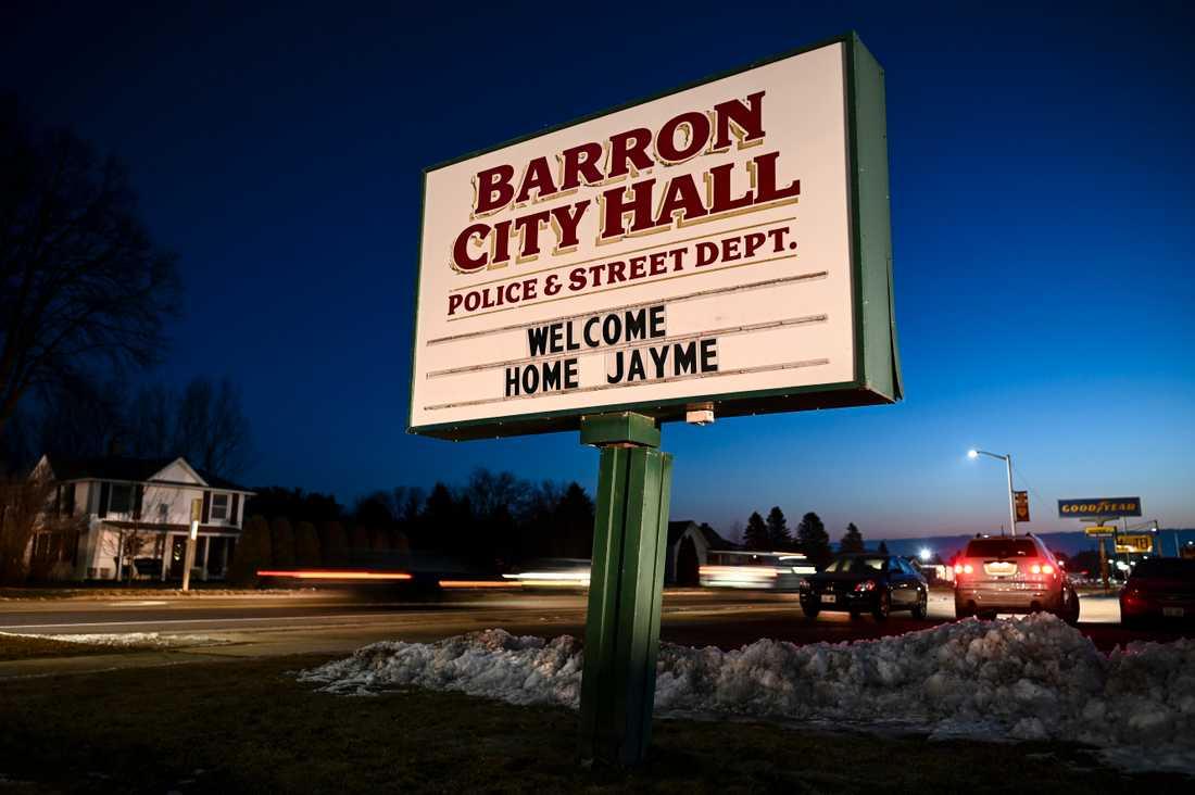 Jayme välkomnas hem till sin hemstad.