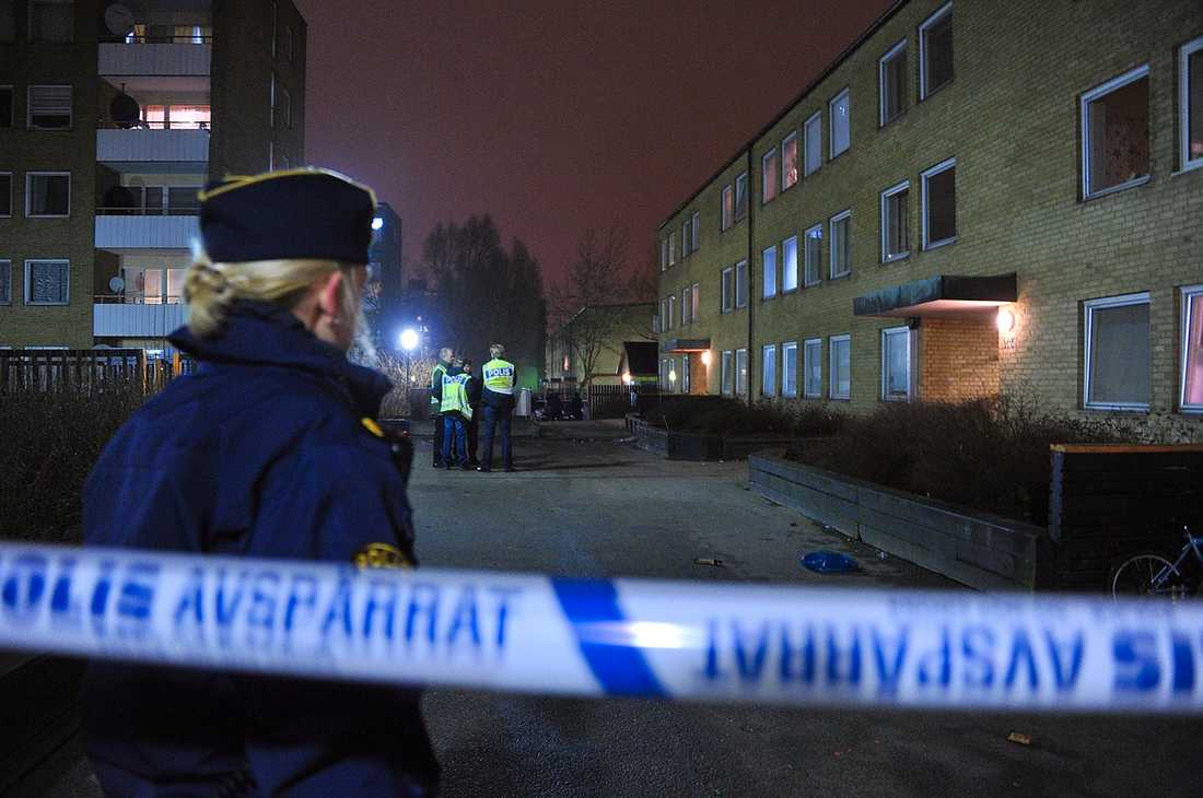 MALMÖ Poliser spärrar av platsen i Malmö där en tonårig pojke ska ha blivit skjuten efter midnatt.
