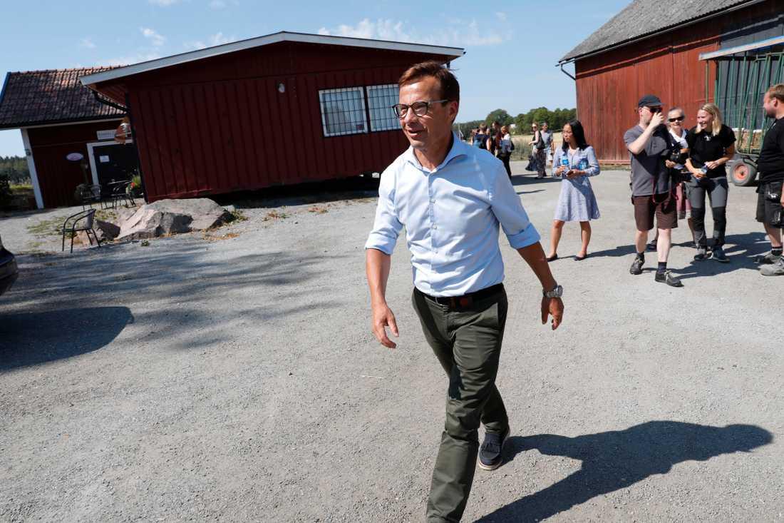 Ulf Kristersson anländer till presskonferensen i Enköping.