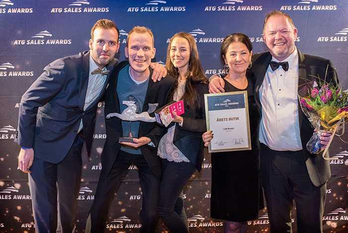 Café Brasco fick ta emot pris för årets ATG-butik under 2016, längst till höger hittar vi Gunilla Welander och Dennis Olofsson