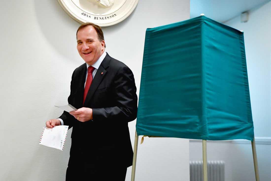 Statsminister Stefan Löfven la sin röst i vallokalen i Riksdagshuset.