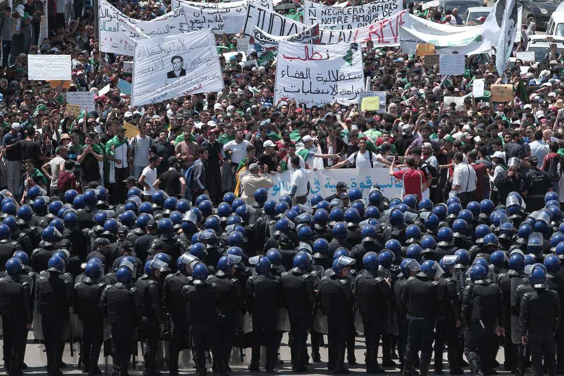 Protesterna i Algeriet har fortsatt även efter president Abdelaziz Bouteflikas avgång. Här en bild från en demonstration i huvudstaden Alger den 28 maj.
