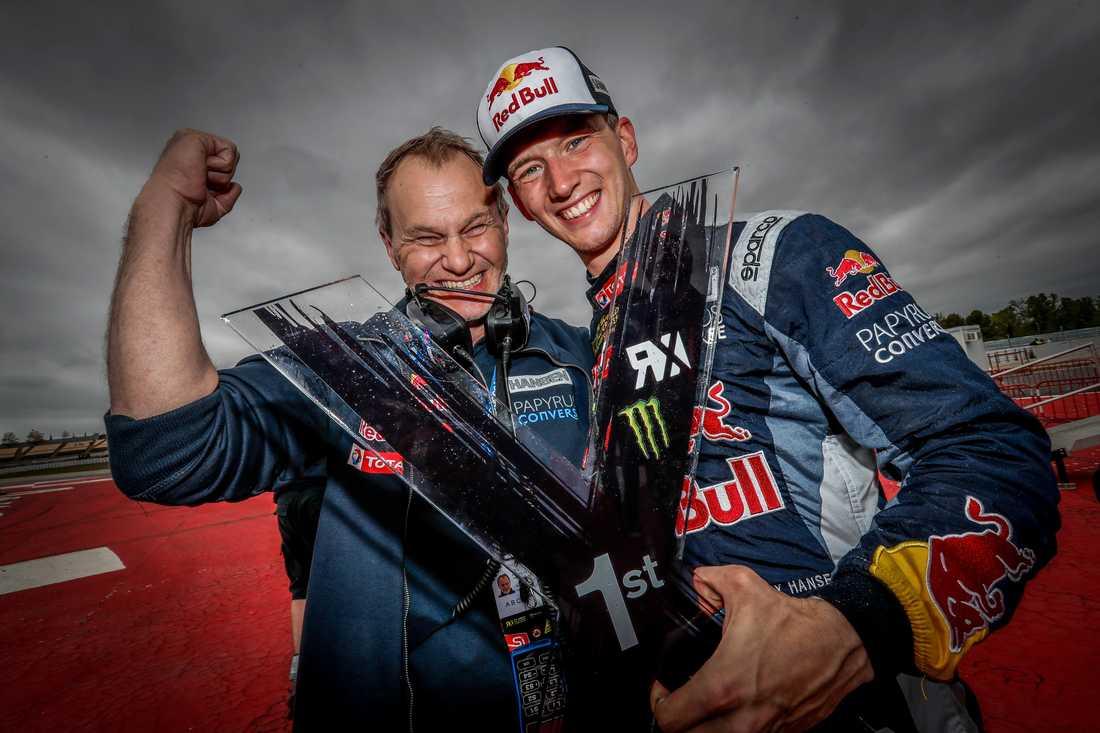 Med pappa Kenneth i örat ska Timmy Hansen säkra VM i rallycross.