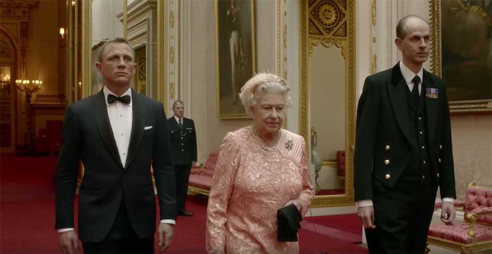 """""""Tall Paul"""" Whybrew är drottning Elizabeths närmaste man. Han fick äran att vara med i den reklamfilm som drottning Elizabeh medverkade i tillsammans med Daniel Craig som James Bond 2012."""
