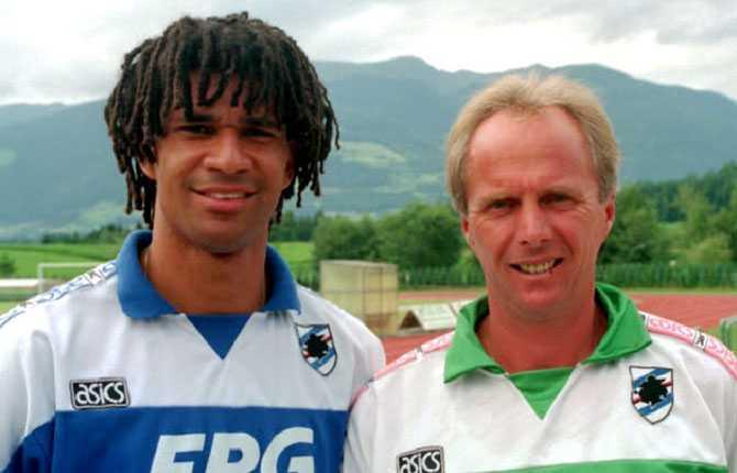 Därefter var det dags för en fem år lång och framgångsrik period i Sampdoria. På bilden poserar Svennis med Ruud Gullit.