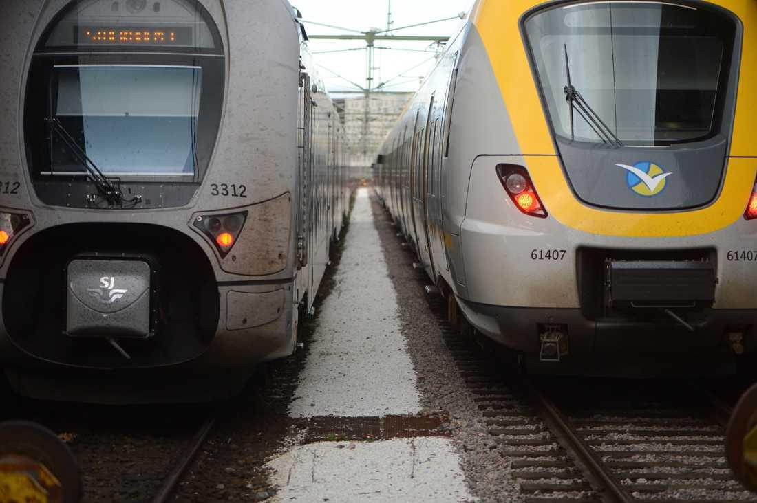 Två tåg på järnvägsstationen i Göteborg.