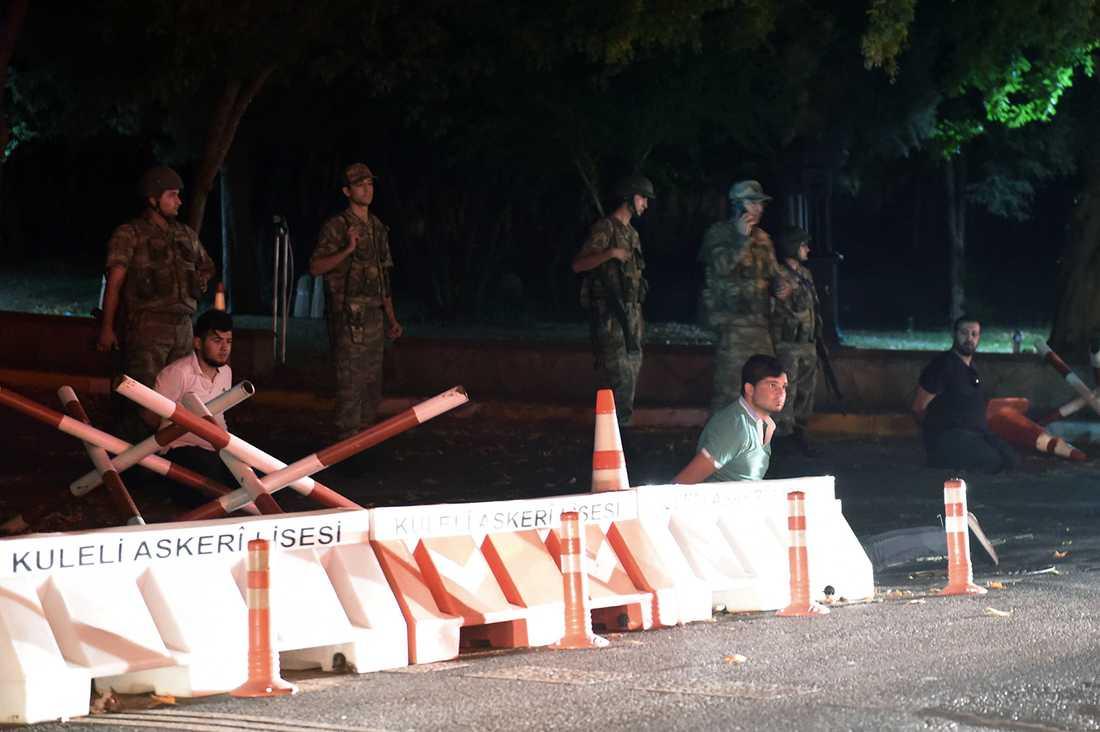 Turkisk militär håller ett antal okända personer vid väggrenen i närheten av Bosphorusbron i Istanbul.