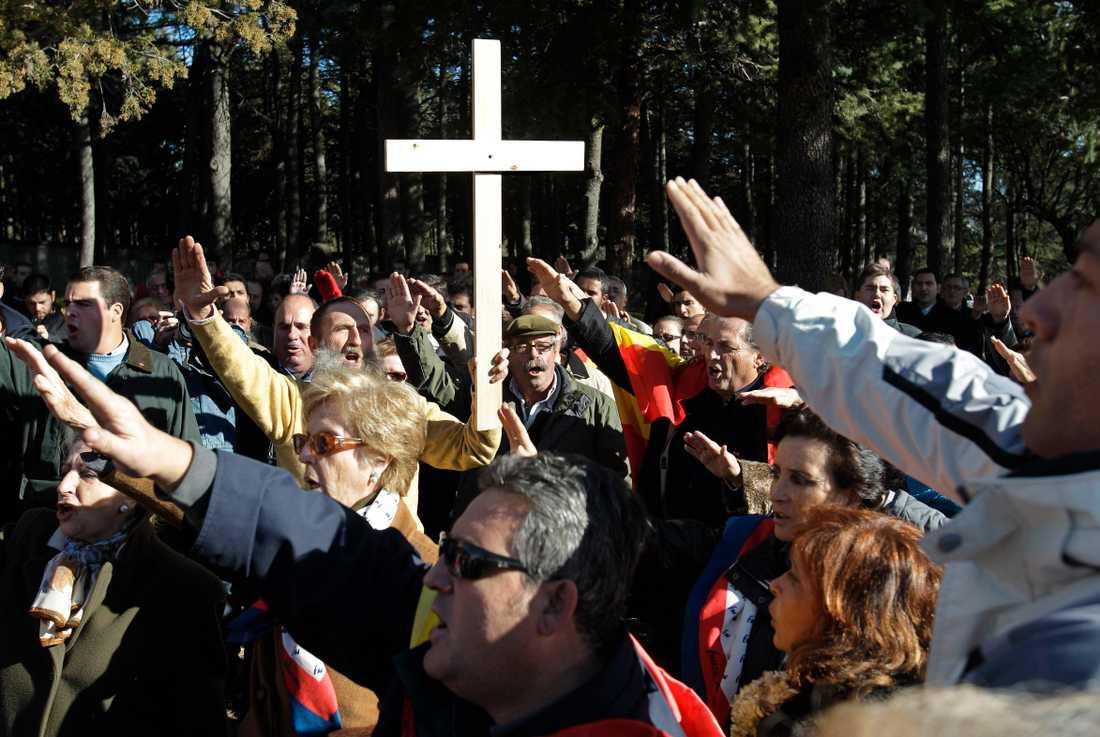 Anhängare till Franco hyllar den forne diktatorn efter en ceremoni vid monumentet i Valle de los Caídos. Arkivbild.
