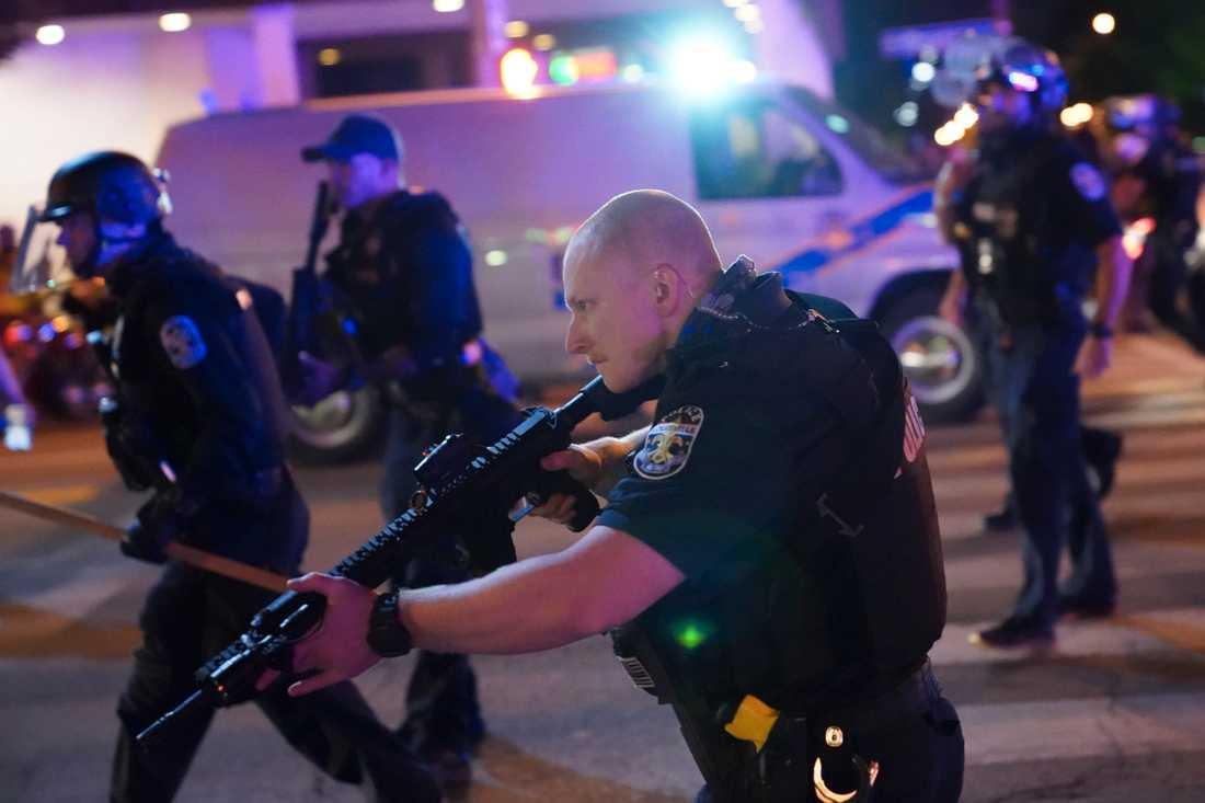 Två poliser skottskadades i samband med protester i Louisville i USA.