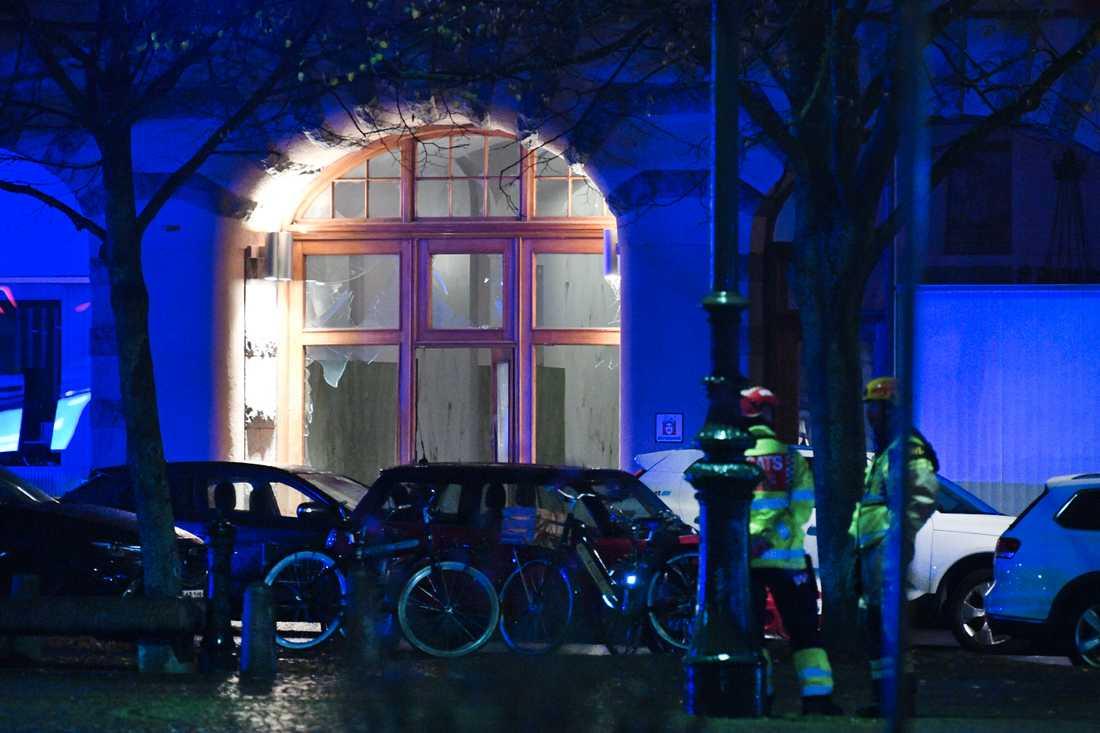 En dörr skadades vid en explosion vid Drottningtorget i Malmö på fredagskvällen.