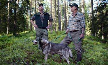 Fullträffen. Det här är ren landsbygd. Jakten betyder kolossalt mycket här, säger Göte Johansson, till höger med jämthunden Urax, 6, och Christer Jörgensen. Tillsammans lyckades de två jägarna lyfta junilistan till rekordnivåer i EU-valet.