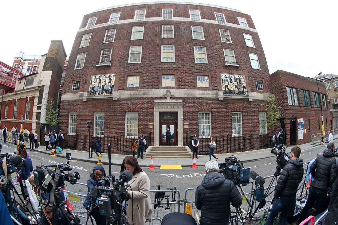 Media samlas utanför St Mary's Hospital i samband med att att nyheten om att prins William och Kate åkt in till BB.