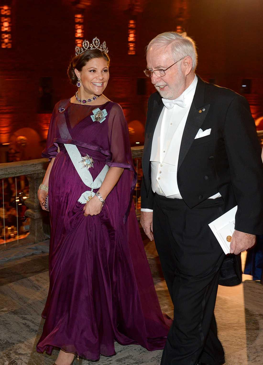 Kronprinsessan Victoria och fysikpristagaren professor  Arthur B McDonald på väg till Prinsens Galleri efter nobelmiddagen.
