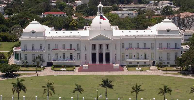 före Presidentpalatset i Port au Prince, Haiti. Så här såg det ut före jordskalvet.