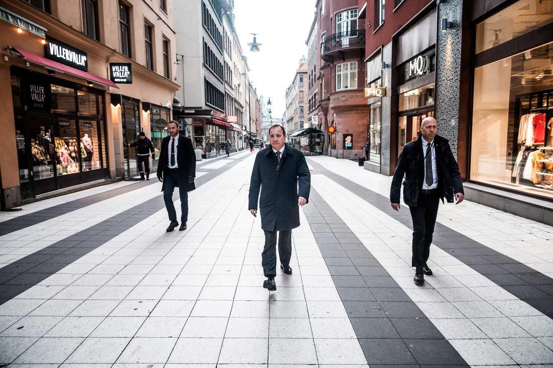 Stefan Löfven (s) anländer till regeringskansliet.
