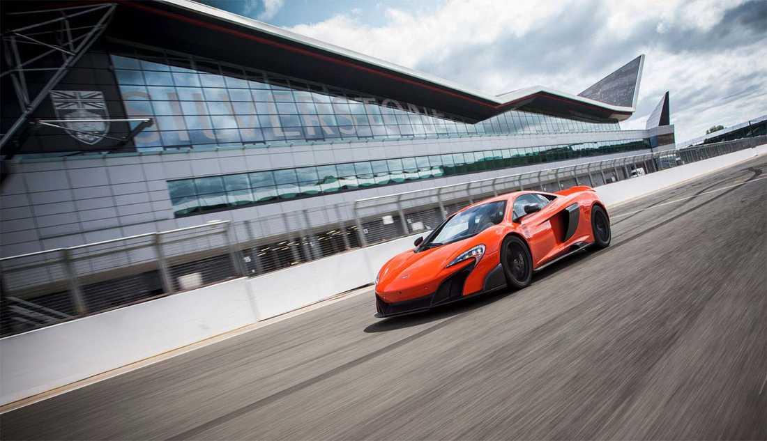 Jeremy Clarkson har fått hem en orange McLaren 675LT till sitt hem i London.
