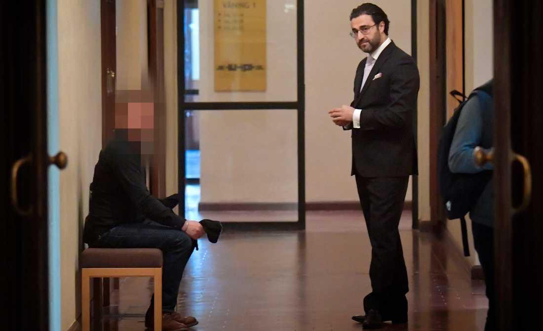 49-åringen och hans advokat vid rättegången igår