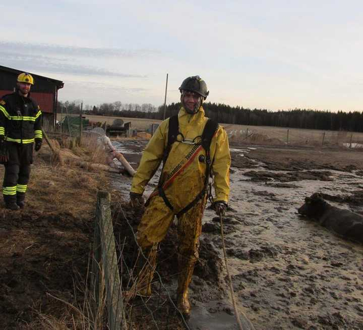 Brandmannen Hannes Jakobsson fick vada runt i leran.