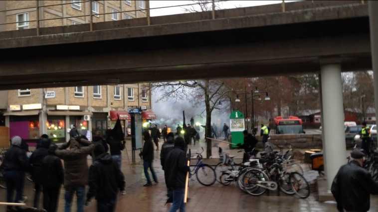 Här går nazister till attack mot antirasistdemonstrationen i Kärrtorp.