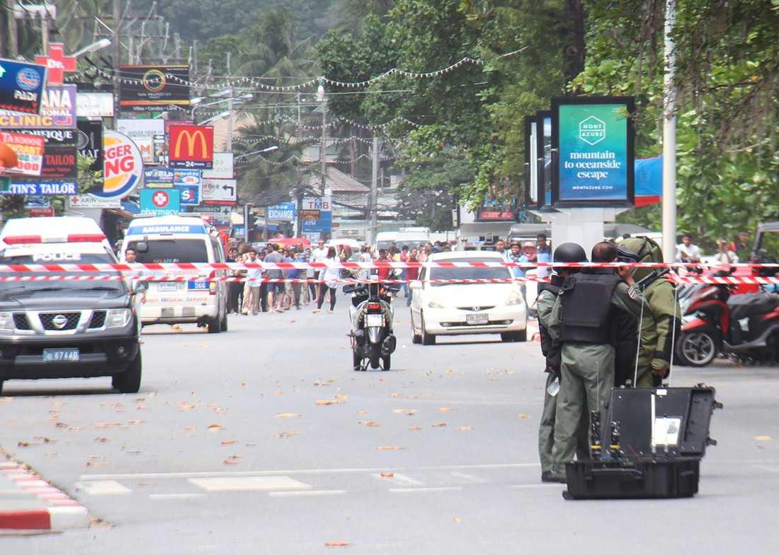 Bombexperter på plats efter attentaten i Patong, Phuket.