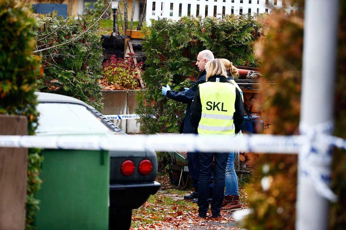 Polisens tekniker på plats i Ljungsbro.