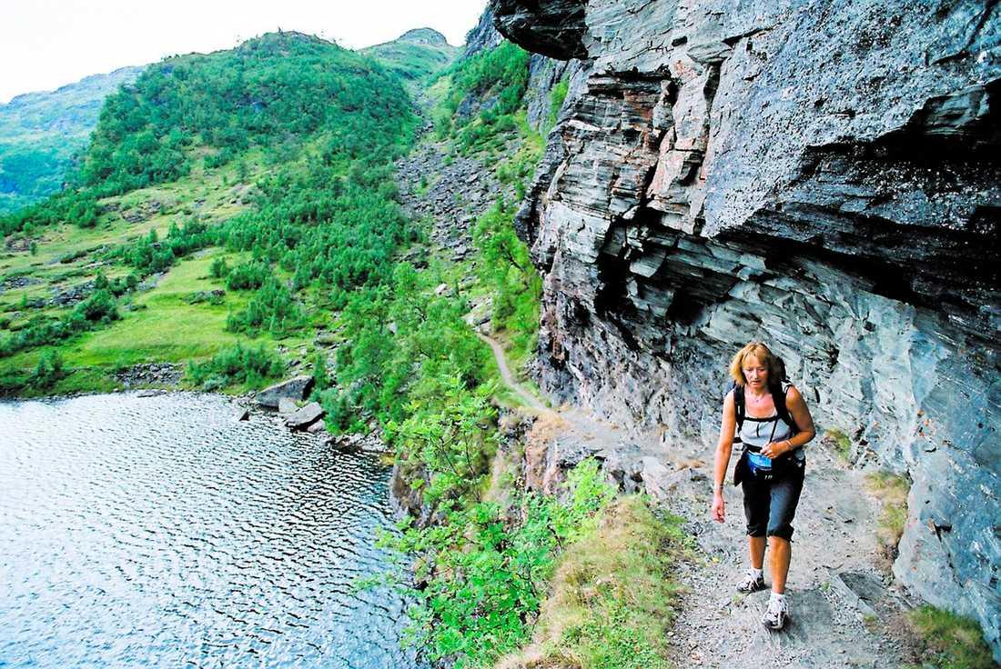 En vandring i Aurlandsdalen i Norge bjuder på hisnande naturupplevelser. Här balanserar Unni Grinde, 58, på den smala stigen utefter Nesbövattnet.