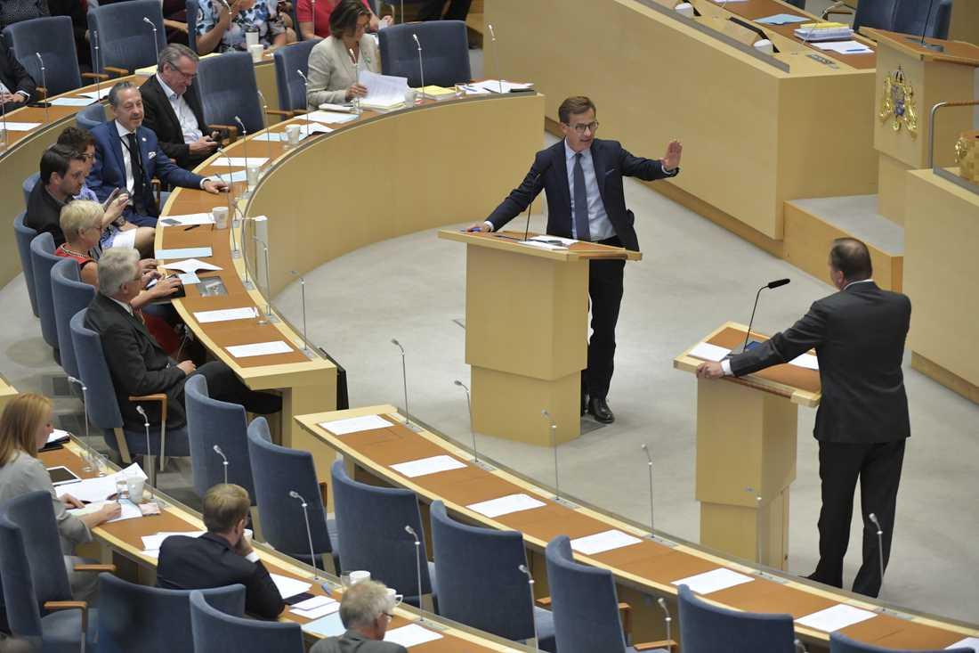 Ulf Kristersson i debatt med Stefan Löfven i riksdagen.