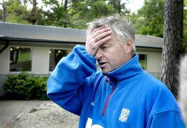 Håller ihop laget Blåvitts tränare Arne Erlandsen säger att hans uppgift nu är att se till att laget inte påverkas av skatterazzian som bland annat skedde här, i Kamratgården på Alfred Gärdes väg.