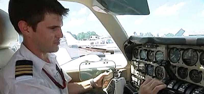 Piloten Braden Blennerhassett, 26, hittade en orm på kontrollpanelen.