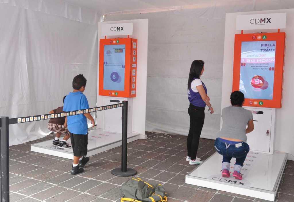 15 av Mexico Citys mest använda t-banestationer har utrustats med maskinerna som i utbyte mot tio knäböjningar delar ut en gratisbiljett.
