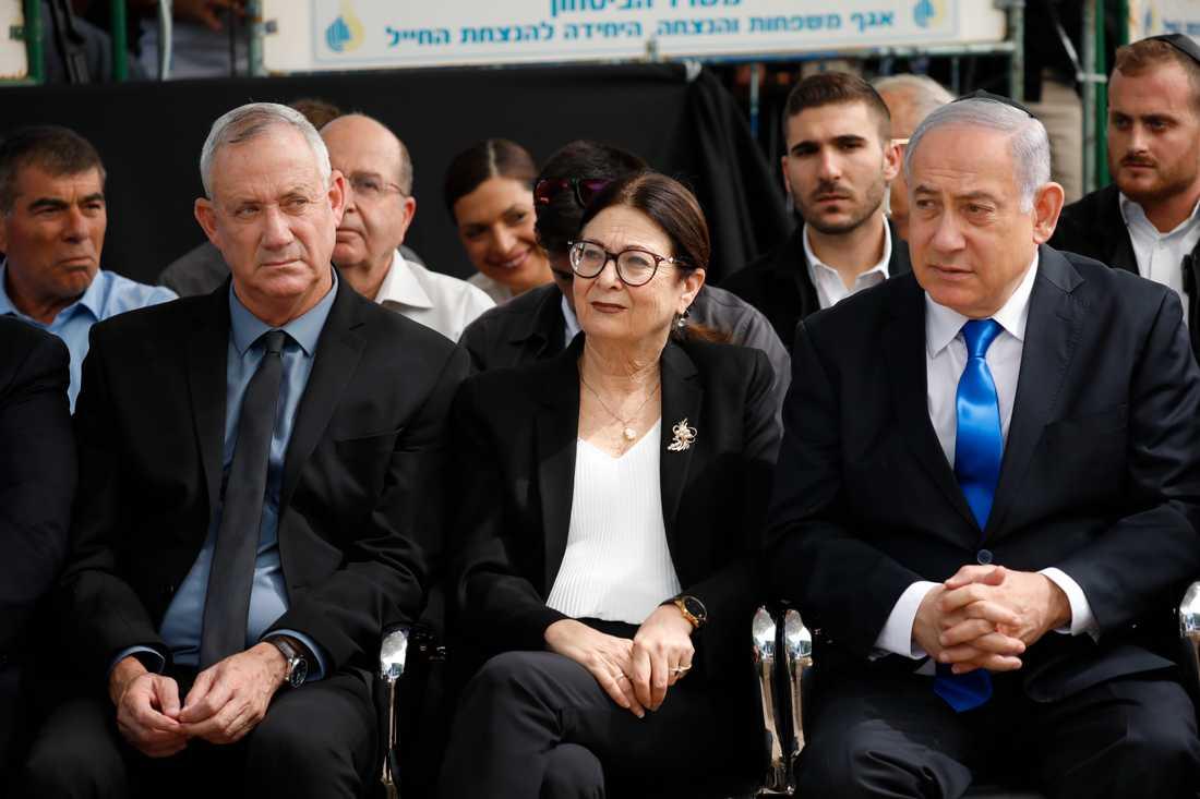 Benny Gantz till vänster och premiärminister Benjamin Netanyahu till höger med Esther Hayut, chefsdomare i Israels högsta domstol, emellan sig.