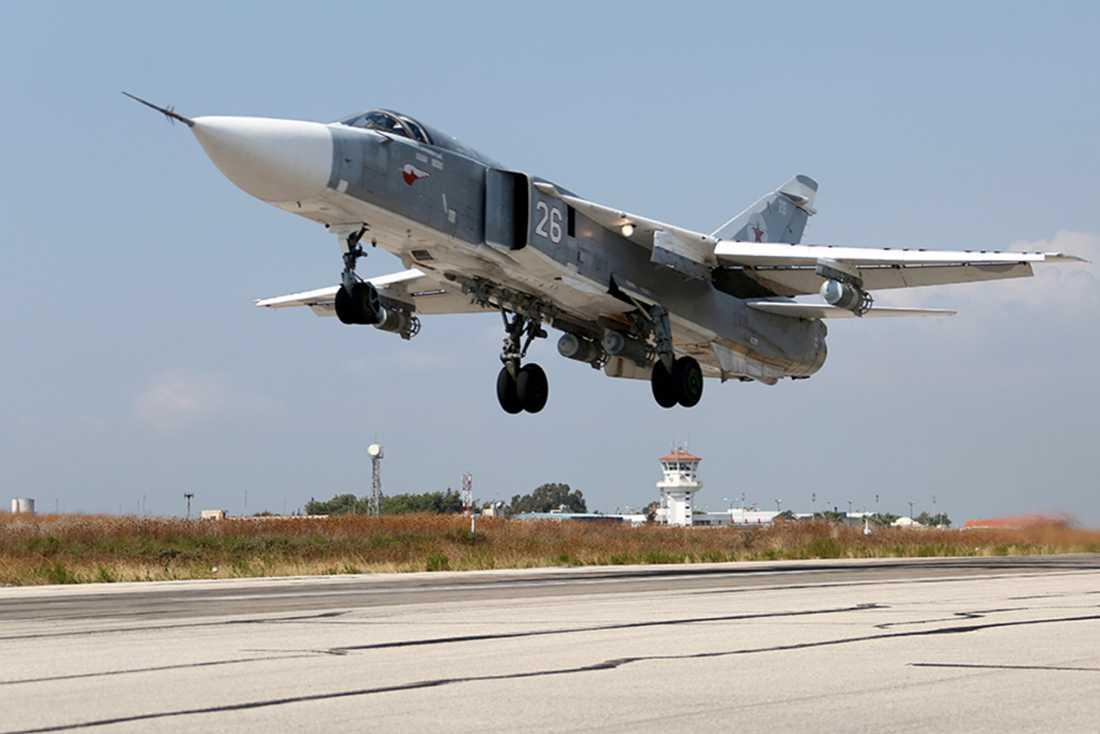 AP Ryska flygplan deltar i striderna i Syrien, på regimens sida. Här jaktplanet SU-24M som lyfter från en flygbas i Hmeimim, Syrien.