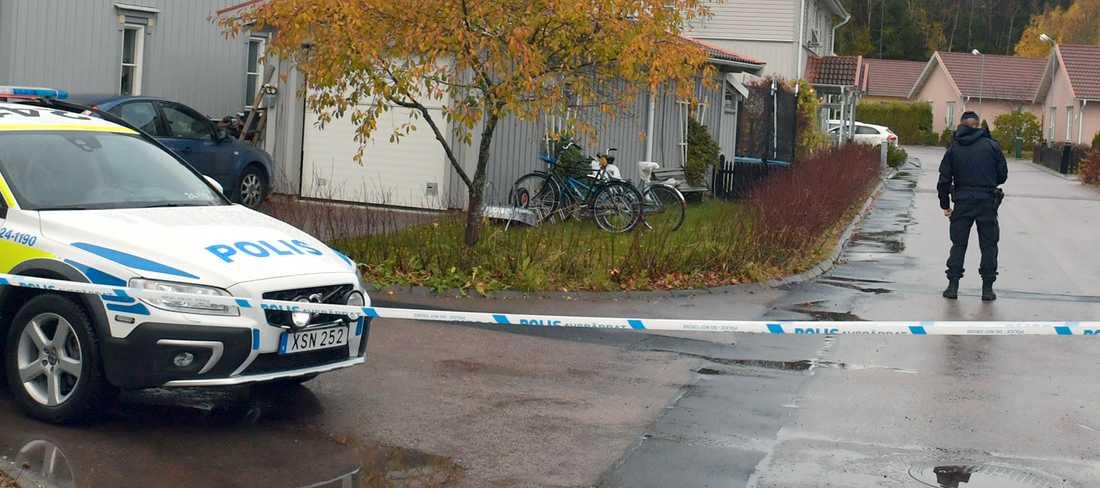 Polisen har spärrat av ett stort område kring villan.