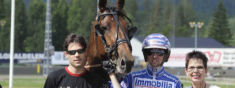 Chans att vinna på V75 Mathias Andersson, Lucky Luke Zenz och kusken Rikard N Skoglund i vinnarcirkeln. På lördag kör Rikard hästen igen.
