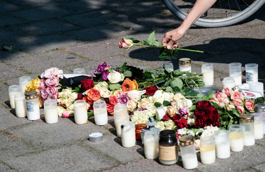 En kvinna lägger ner en ros vid minnesplatsen på Sergels väg i stadsdelen Ribersborg i Malmö där en 30-årig kvinna skjutits till döds föregående dag. Arkivbild.