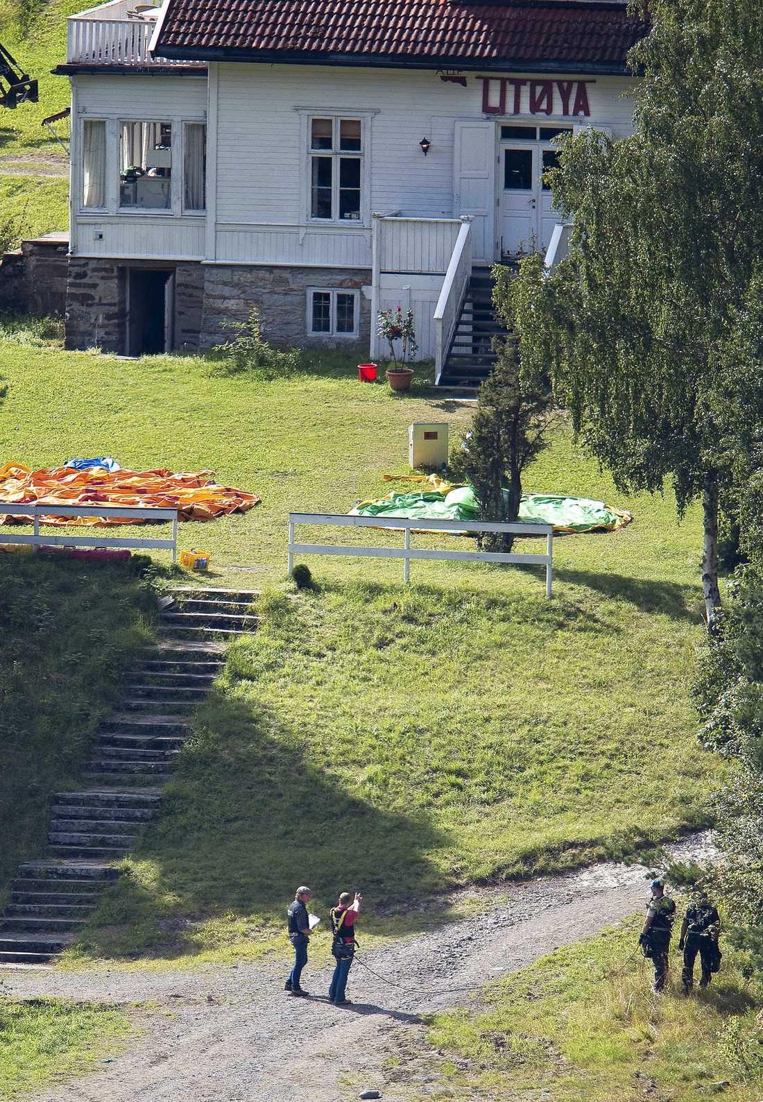FORMADE HÄNDERNA TILL EN PISTOL  Lugnt och behärskat visade Anders Behring Breivik hur han gick till väga när han avrättade 69 människor på Utøya. Han formade händerna till en pistol och visade hur han sköt upp mot receptionshuset.