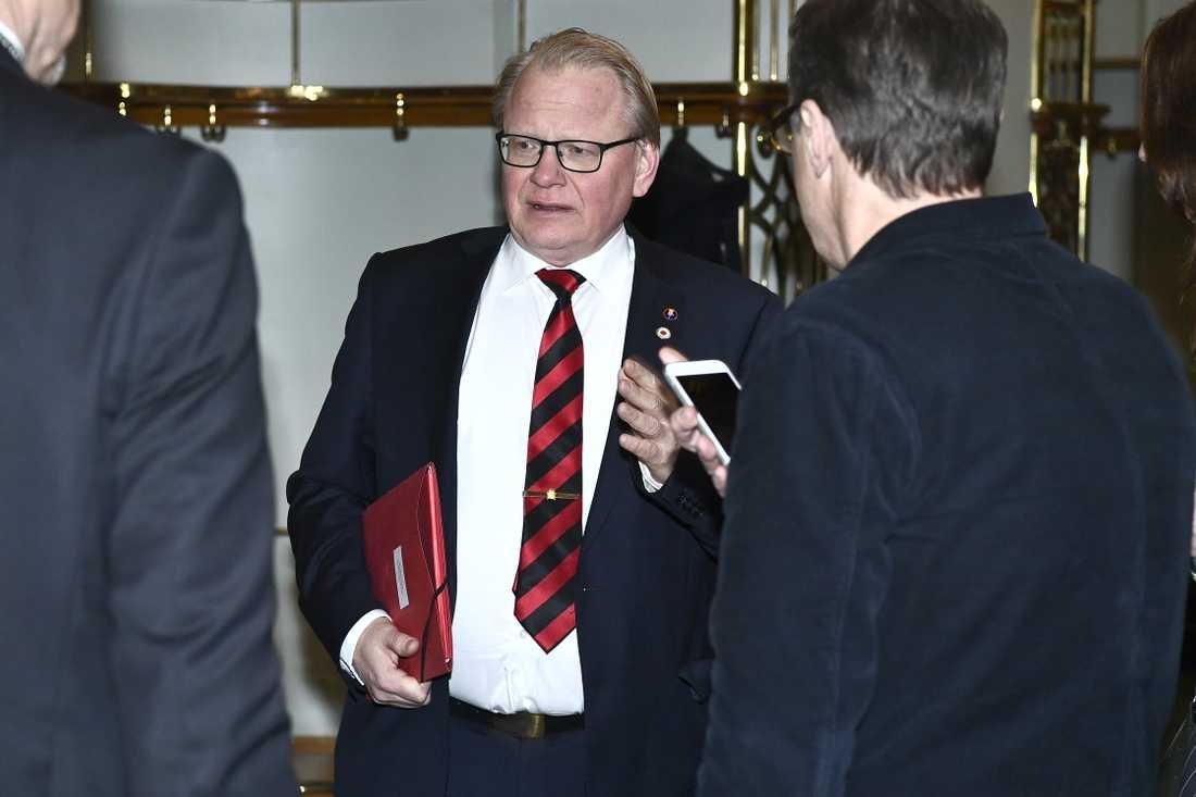 Försvarsminister Peter Hultqvist (S) på väg in till mötet.