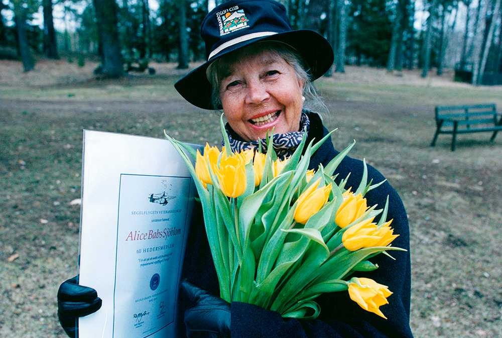 När hon blivit hedersmedlem i segelflygets veteransällskap.