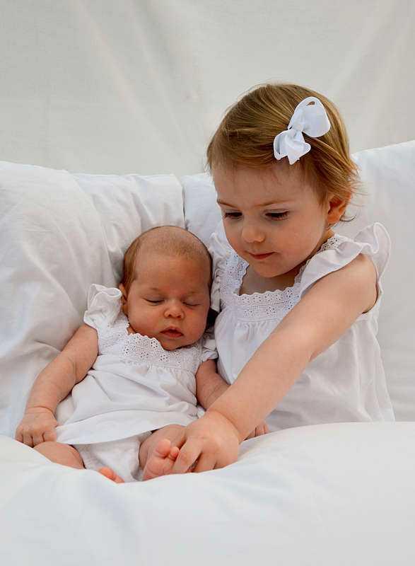 Här träffas de två prinsessorna Estelle och Leonore för första gången. Bilden är tagen av Kronprinsessan Victoria i mitten av april.