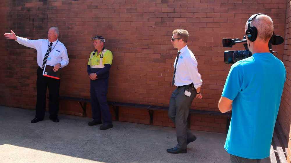 Poliser och vittnen återvänder till platsen.