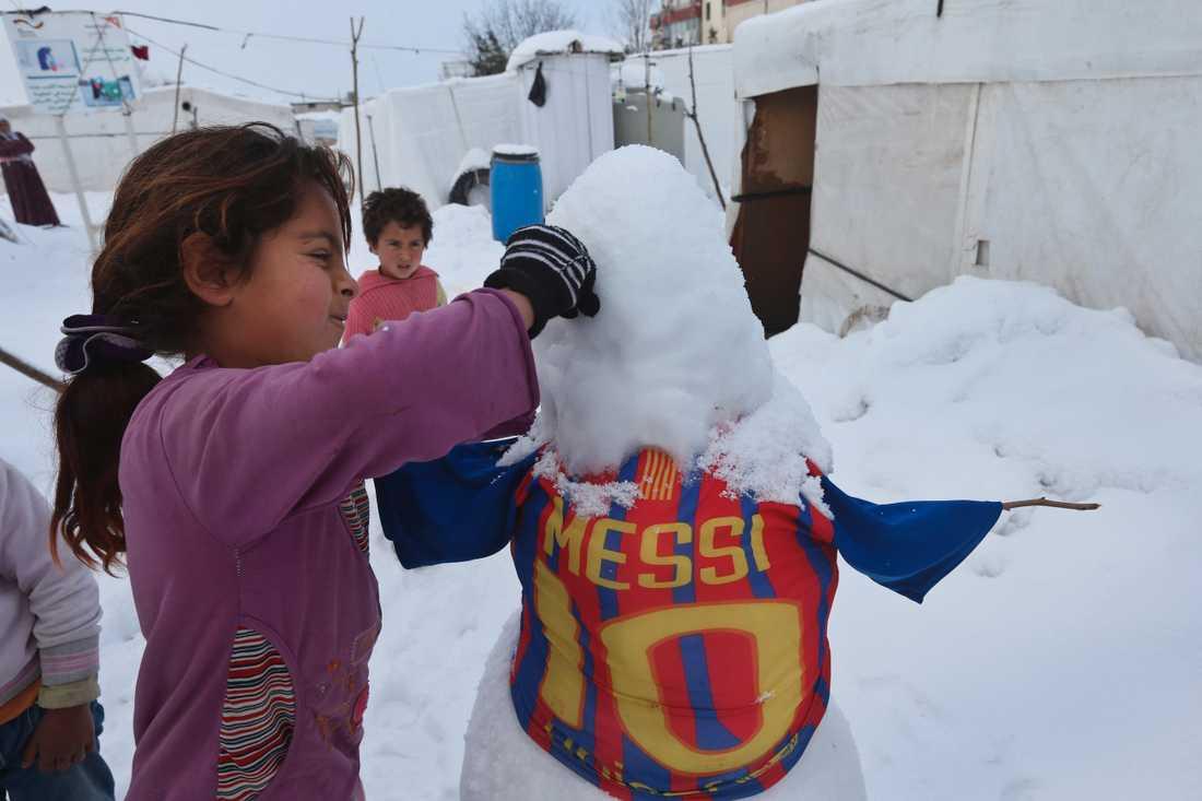 Barn har gjort Messi i form av snögubbe –mitt i misären i tältlägret.