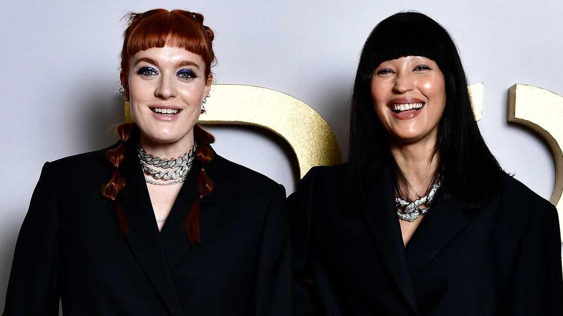Caroline Hjelt och Aino Jawo på P3-guld galan i mars 2021.