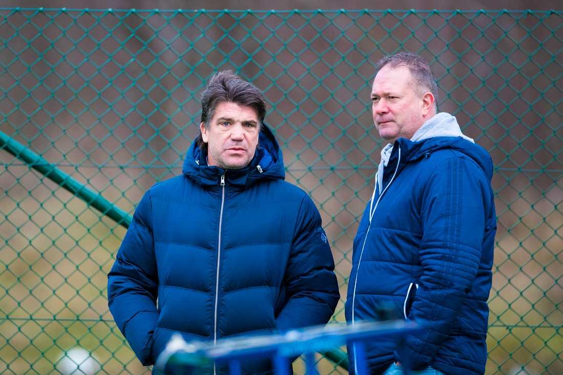 Andersson och Berggren spanar ut över träningen.