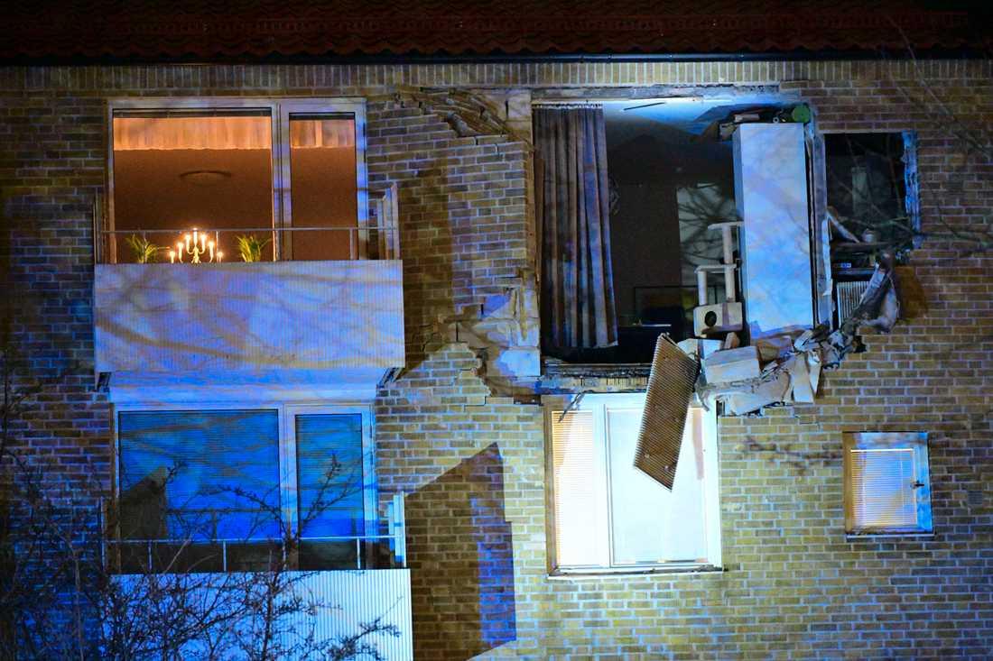Två personer har förts till sjukhus efter en explosion i ett flerfamiljshus i stadsdelen Kobjer i Lund.