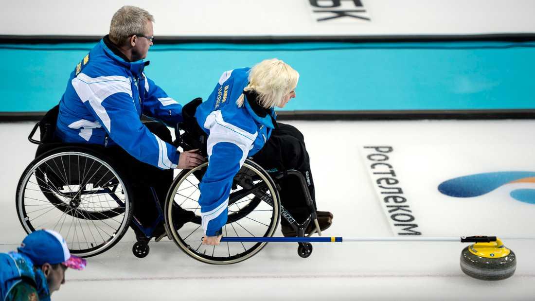 """Glenn Ikonen och Kristina """"Kicki"""" Ulander i svenska landslaget i rullstolscurling under en gruppspelsmatch mot Kanada i Paralympics 2014 i Sotji"""