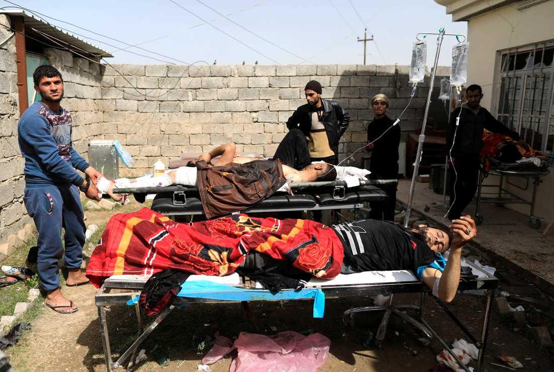 Skadade tas omhand på ett fältsjukhus i västra Mosul.