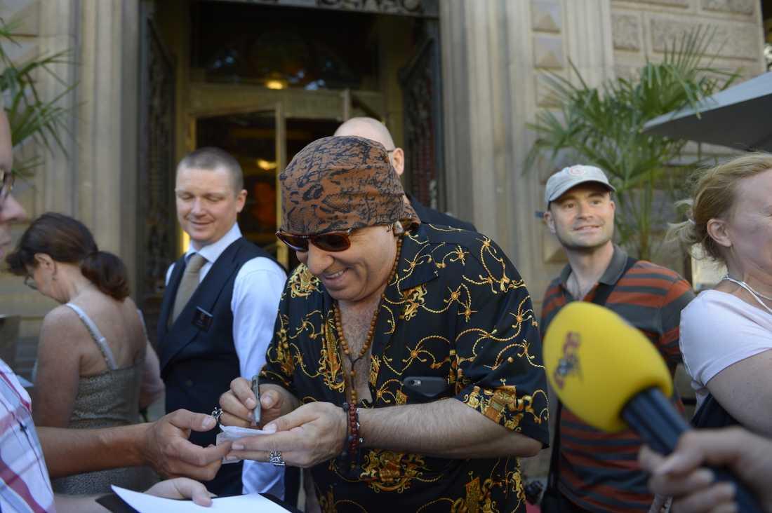 Steven Van Zandt skrivandes autografer utanför Elite Plaza hotell i Göteborg under fredagen.