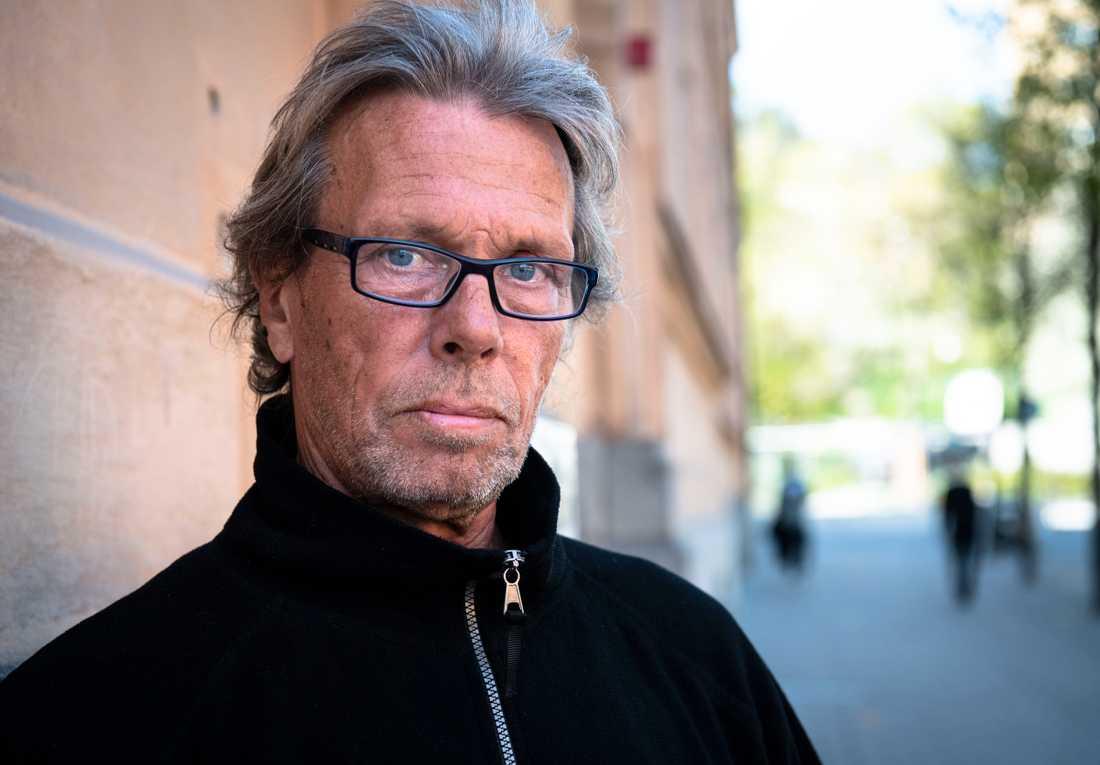 Anders Mattson brukar tillbringa nätterna på nattbussar, pendeltåg eller centralstationen.